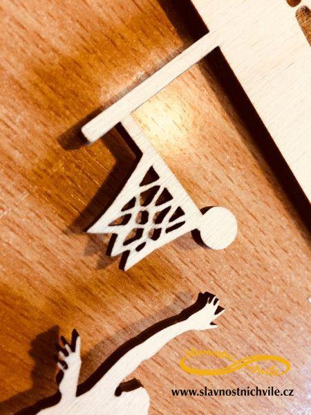Vyřezaný basketbalista v držáku na medaile